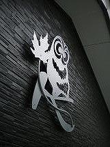 イニシャルK+ふくろう+メープルの葉妻飾り設置写真