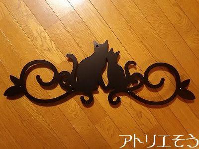 猫2匹と唐草模様の妻飾り