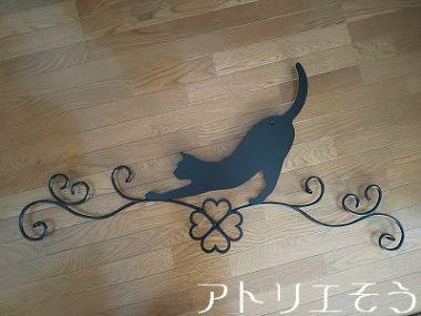 四葉のクローバー+猫妻飾り 。アルミ製妻飾り。