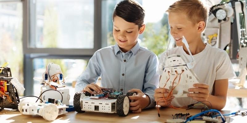 SCIENCE Robotique Découverte des capteurs et des moteurs, des bases de la programmation, construction et animation de robots, interaction et jeux.