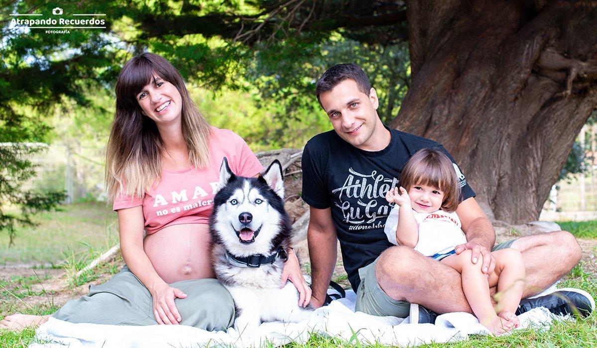 Fotografía de maternidad con la familia en la naturaleza