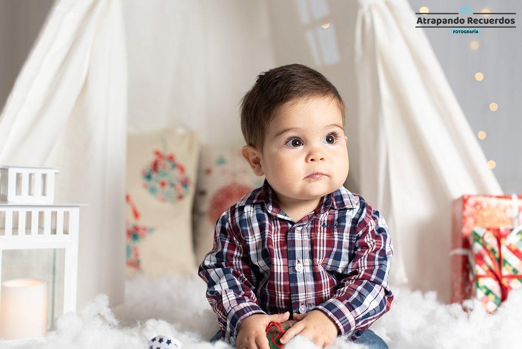 Fotos de bebés jugando con decorado de navidad