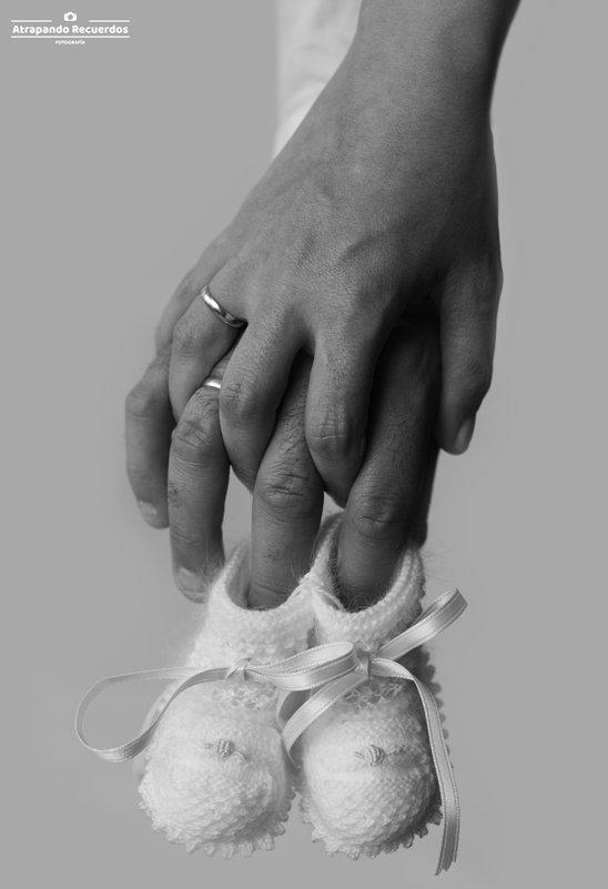 Fotos embarazada patucos y manos de los padres foto artistica
