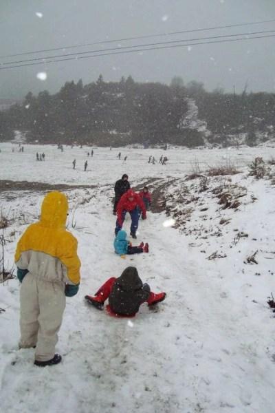 meninos se divertem na Nevasca no Cerro Catedral, Bariloche