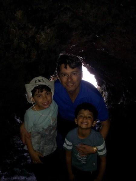 Meninos felizes explorando uma gruta na Ilha de Páscoa