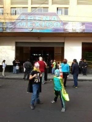 Meninos fantasiados em frente à Arena México