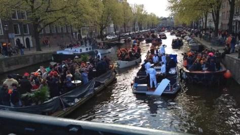 Barcos engarrafados nos canais de Amsterdam, no Dia do Rei