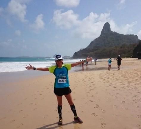 Correndo 21k Noronha, Morro do Pico ao fundo