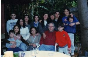 Envejeciendo juntos, rodeados de desciendentes. Qué imagen tan distinta la de los viejos obispos que se reunirán en Sínodo para tratar de la familia hoy.
