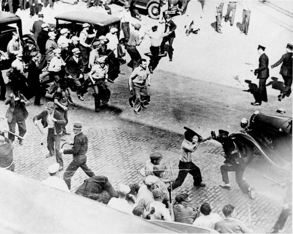 Οδομαχίες μεταξύ εργατών και αστυνομικών σε γενική απεργία. Minneapolis, 1934