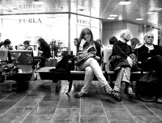 Una ragazza stava aspettando il suo volo in una sala d'attesa di un grande aeroporto.