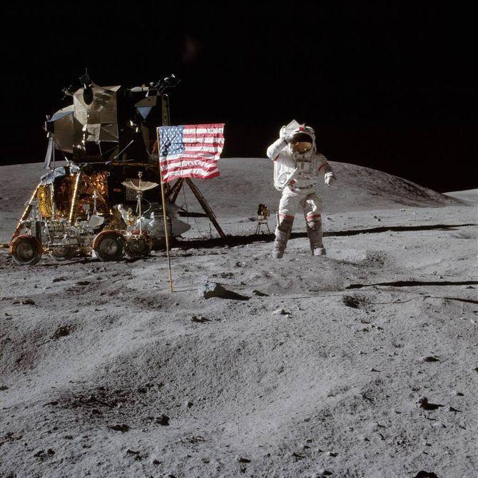john-young-salta-di-gioia-sulla-luna-dopo-lallunaggio-con-la-missione-apollo-16