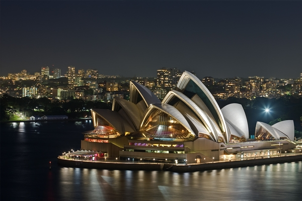 Sydney Opera House / DAVID ILIFF. License: CC