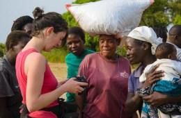Julie montrant des photos à une femme de Rusinga Island qui a posé pour Julie