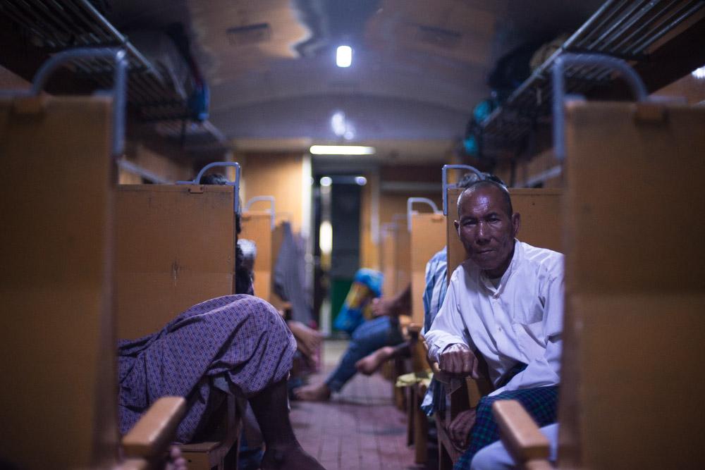une homme assis dans le train de nuit pour Bagan