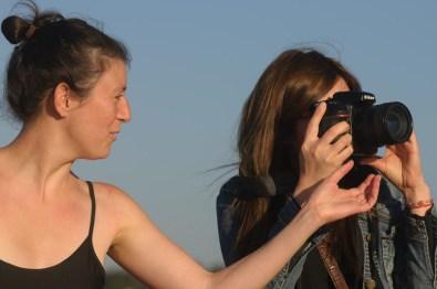 Julie aide Vanessa à prendre des photos à Las Dunas de ConCon
