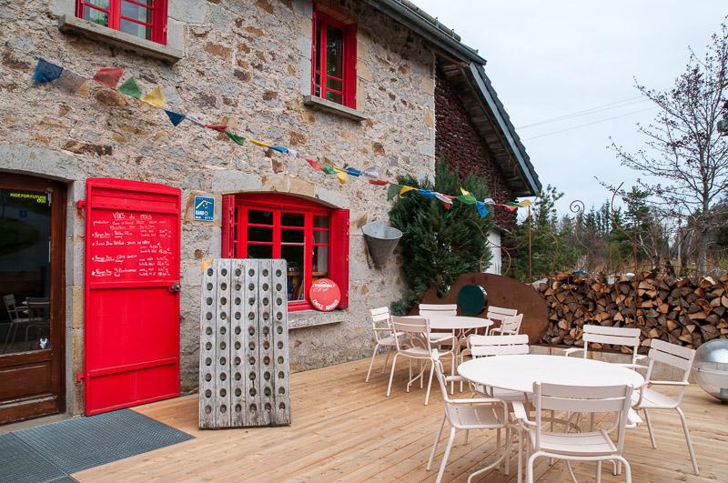 le gîte des servières et son bar, vue de l'extérieure © Michel Dvorak / Du Monde au Tournant
