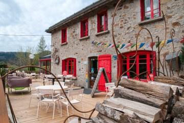 le gîte des servières et son bar, vue de l'extérieure (vue large) © Michel Dvorak / Du Monde au Tournant