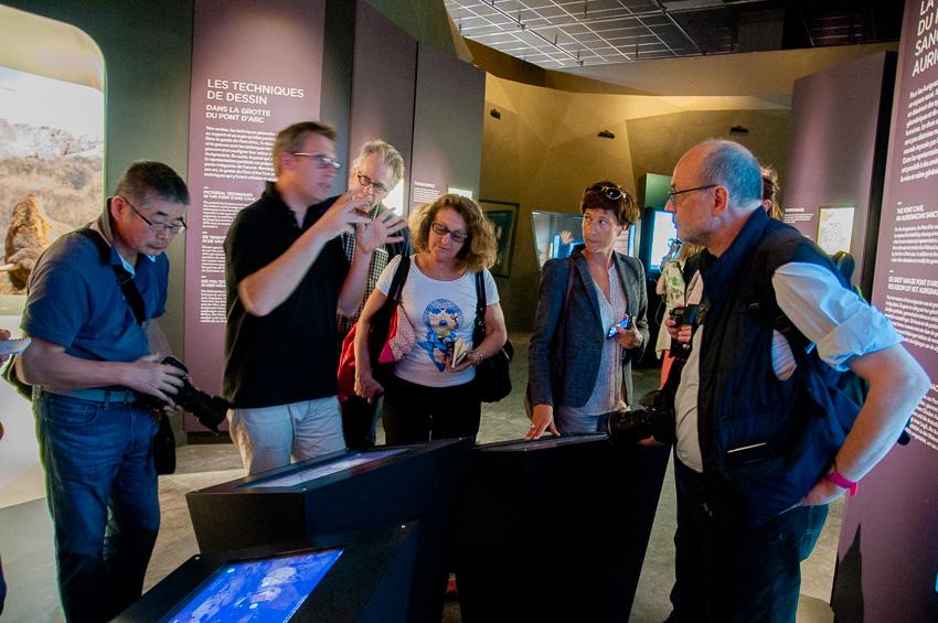 Galerie de l'Aurignacien en compagnie de David Huguet qui explique aux journalistes des éléments de la création du site grâce à des éléments scientifiques