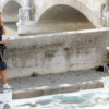 Michelle-Auboiron-peint-in-situ-les-Ponts-de-Paris-Photo-Anne-Sarter-2 thumbnail