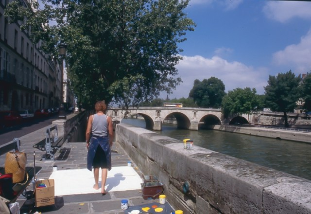 Michelle-Auboiron-peint-in-situ-les-Ponts-de-Paris-Photo-Anne-Sarter-9