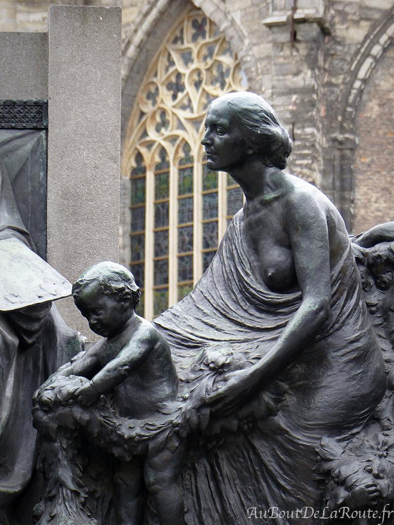 Femme & enfant rendant hommage aux freres Van Eyck