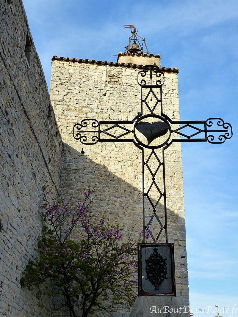 Croix devant la tour