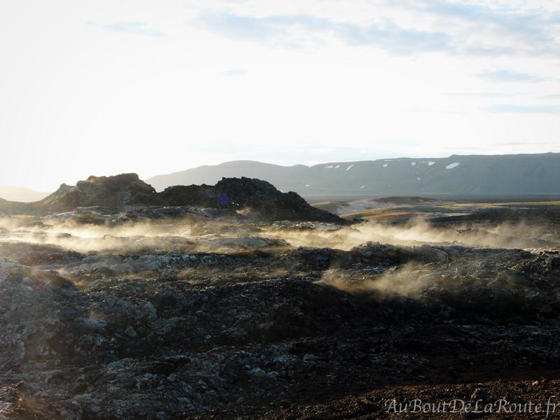 Fumerolles s echappant de la lave a Leirhnjúkur