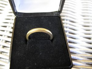 Lot 246 - Gold ring with Platinum liner - Sold for £70