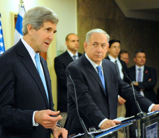 """""""Secretary Kerry and Israeli Prime Minister Netanyahu Address Reporters (11712718064)"""" von U.S. Department of State from United States - Lizenziert unter Public domain über Wikimedia Commons"""