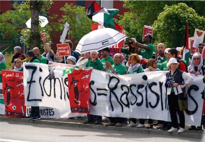"""Kundgebung """"Ausschluss von Israel aus der FIFA"""", 29. Mai 2015, Hallenstadion, Zürich. Organisiert von BDS Zürich, BDS Schweiz, Europalestine und weiteren Organisationen. Foto ZvG"""
