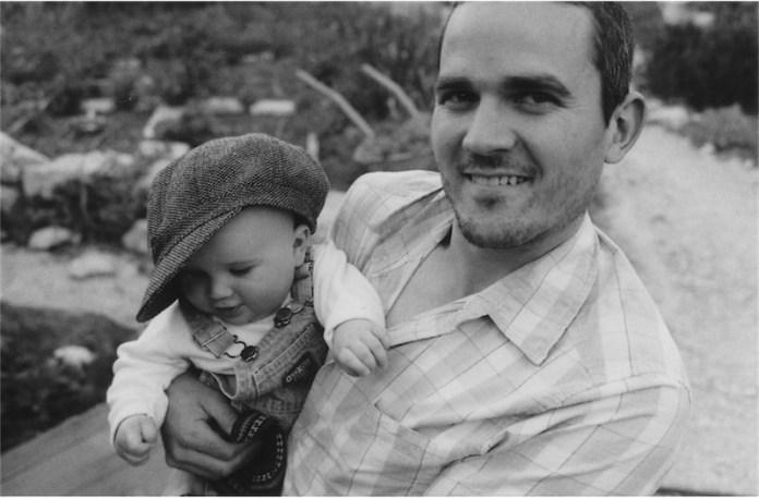 Asher Palmer, am 25.9. 2011 mit seinem Baby Jehonathan tödlich veruglückt, nachdem sein Auto nahe Hebron mit Felsbrocken beworfen worden ist. Foto zVg