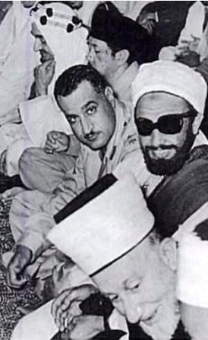 """Amin al-Husseini blieb über Jahrzehnte hinweg auf den Höhen der Macht. Er repräsentierte im April 1955 """"Palästina"""" auf der Konferenz von Bandung, wo er (vorne) zusammen mit König Faisal von Saudi-Arabien (oben, mit Kopfbedeckung), Gamal Abdel Nasser aus Ägypten (Mitte, schaut in die Kamera) und Imam Ahmed aus dem Jemen (rechts, mit Sonnenbrille) betete."""