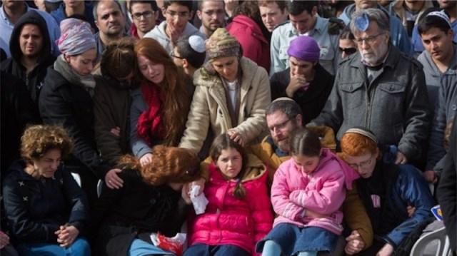 Die Familie von Dafna Meir während der Beisetzung. Foto Yonatan Sindel/Flash90