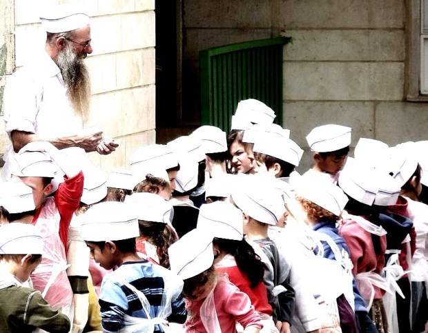 Kinder bereiten Matza vor im Kindergarten von Ofra. Foto יעקב. CC BY-SA 3.0,