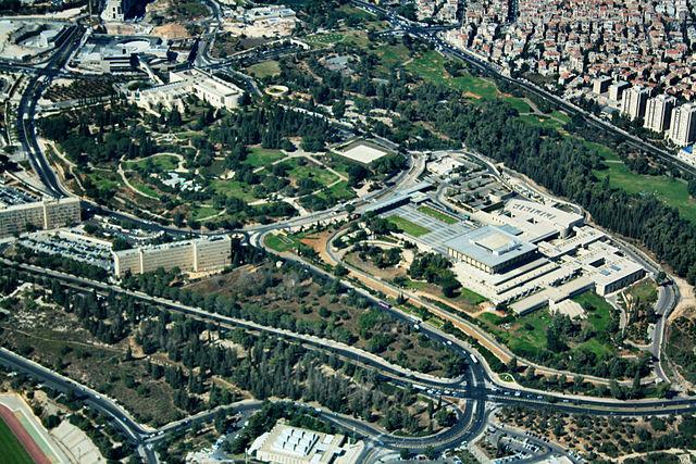 Die Knesset (das israelische Parlament) und weitere Regierungsgebäude in Jerusalem. Foto Neukoln, CC BY-SA 3.0, Wikimedia Commons.