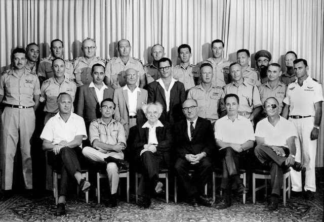 1. Mai 1961, von rechts nah links: Moshe Dayan, Shimon Peres, Levy Eshkol, Ben-Gurion, Tzvi Zur and Asher Ben-Nathan. Foto PD