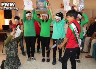 """In einem Klassenzimmer """"spielen"""" Kinder an der Al-Surra-Schule das exekutieren von Israelis. Foto Facebook der Schule / PMW"""