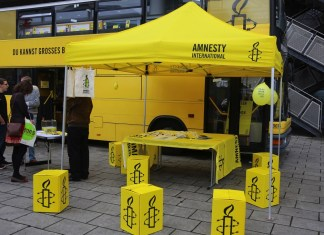 Stand von Amnesty International. Foto Metropolico.org / Flickr.com. (CC BY-SA 2.0)