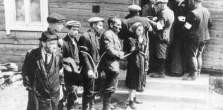 """Juli 1941. Nach der Besetzung der Litauischen SSR wurden die Juden von der litauischen """"Heimwehr"""", die mit den Nationalsozialisten kollaborierte, sofort zusammengetrieben. Foto Bundesarchiv, Bild 183-B12290 / CC-BY-SA 3.0, CC BY-SA 3.0 de, Wikimedia Commons."""