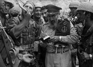 Rabbi Shlomo Goren sprach am 7. Juni 1967 in Jerusalem ein Dankgebet , das live in ganz Israel übertragen wurde. Kurz danach hielt Goren, in das Schofar blasend und eine Torarolle tragend, das erste jüdische Gebet an der Klagemauer seit 1948 ab. Foto Benny Ron