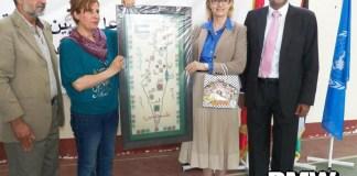 """Ann Dismorr (rechts), die Direktorin der UNRWA im Libanon, posiert im Mai 2013 mit einer Karte, auf der der Staat Israel ausgelöscht ist und das gesamte Gebiet zu """"Palästina"""" gehört. Foto Palestinian Media Watch"""