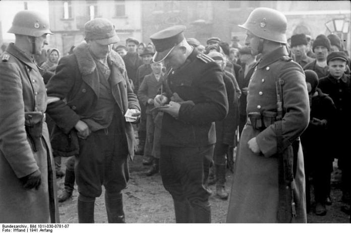 Polnische Polizei im Generalgouvernement (polnisch: Granatowa policja, marineblaue Polizei), waren von Deutschland aufgestellte Polizeieinheiten, die nach dem 17. Dezember 1939 aus Mitgliedern der Vorkriegspolizei Polens auf Befehl des Generalgouverneurs Hans Frank gebildet wurden. Sie wirkten auch bei Deportationen von jüdischen Polen in die deutschen Konzentrationslager mit. Foto Bundesarchiv, Bild 101I-030-0781-07 / Iffland / CC-BY-SA 3.0, CC BY-SA 3.0 de, https://commons.wikimedia.org/w/index.php?curid=5408448
