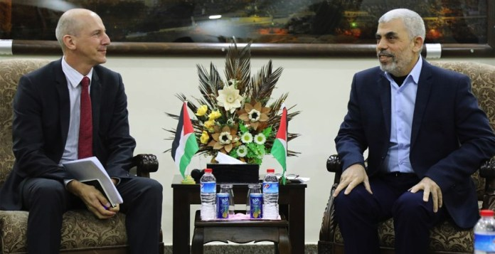 EDA-Mitarbeiter Julien Thöni (links) am Treffen mit Hamas-Führer Jahia Sinwar. Foto Hamas