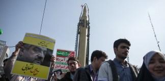 Eine Demonstration der Ghaqr-F-Rakete
