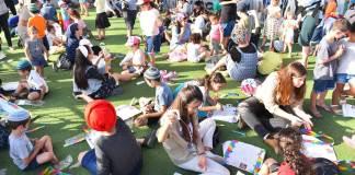 11. Juni 2018: Kinder und Eltern basteln vor dem 7 Sderot Mall Center Drachen. Foto mit freundlicher Genehmigung des Stadtverwaltungsprechers von Sderot.
