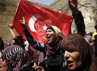 Palästinensische Frauen schwenken die türkische Flagge und schreien Slogans, nachdem sie die Al Aqsa Moschee in der Altstadt von Jerusalem besucht haben. Foto Miriam Alster/FLASh90
