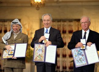 Die Friedensnobelpreisträger 1994 in Oslo. Von links nach rechts: PLO-Vorsitzender Yassir Arafat, der israelische Aussenminister Shimon Peres, der israelische Premierminister Yitzhak Rabin. Foto Government Press Office (Israel), CC BY-SA 3.0, https://commons.wikimedia.org/w/index.php?curid=22811903