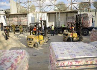 Rund 100 Tonnen Ausrüstung und Waren werden nach Gaza über den Kerem Shalom Übergang verfrachtet, 19. Juli 2014. Foto Israel Defense Forces, CC BY-SA 2.0, https://commons.wikimedia.org/w/index.php?curid=34358141