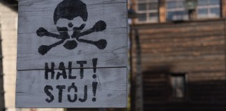 Warntafel im ehemaligen Konzentrationslager Auschwitz. Foto CNN International